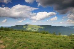 Natur Grönt berglandskap i sommaren Arkivfoto