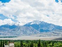 Natur-Landschaft mit Gebirgshintergrund entlang der Landstraße in Leh Ladakh, Indien Lizenzfreie Stockfotografie