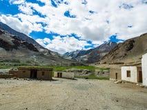 Natur-Landschaft mit Gebirgshintergrund entlang der Landstraße in Leh Ladakh, Indien Stockfotografie