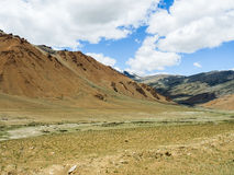 Natur-Landschaft mit Gebirgshintergrund entlang der Landstraße in Leh Ladakh, Indien Lizenzfreie Stockbilder