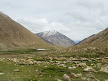 Natur-Landschaft mit Gebirgshintergrund entlang der Landstraße in Leh Ladakh, Indien Stockfoto
