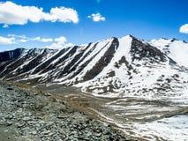 Natur-Landschaft mit Gebirgshintergrund entlang der Landstraße in Leh Ladakh, Indien Lizenzfreie Stockfotos