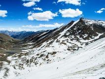 Natur-Landschaft mit Gebirgshintergrund entlang der Landstraße in Leh Ladakh, Indien Lizenzfreies Stockfoto