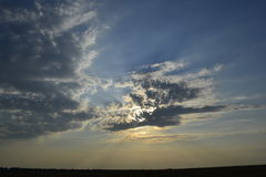Natur moln, himmel, solnedgång, strålar av solen Arkivbild