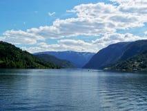 Natur-Norwegen-Sommer Wasser, Waldfjord an einem sonnigen Tag stockfotografie