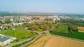 Natur och landskap, kommun av Solaro, Milano: Flyg- sikt av ett fält, hus och hem, Italien arkivbilder