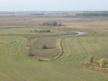 Natur-Russland-Ansicht vom Berg zum Feld und zum See stockfotografie