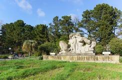 Natur-Skulptur, die Adam und Vorabend des Bildhauers Zurab Tsereteli im unteren Park des Sochis Dendrarium darstellt Frühling son Stockfotografie