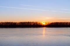 Natur solnedgång över den soliga floden Arkivbilder