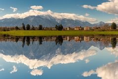 Natur som är scenisk med bergreflexion på den fridsamma sjön Arkivbild