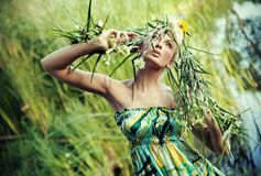 Natur-stil stående av en ung kvinna arkivbild