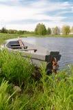 Natur und Boot auf dem netten Wasser stockfoto