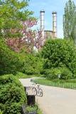 Natur- und Industriekontrast lizenzfreie stockbilder