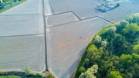 Natur und Landschaft: Vogelperspektive eines Feldes, Bearbeitung, grünes Gras Lizenzfreie Stockfotos