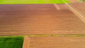 Natur und Landschaft: Vogelperspektive eines Feldes, Bearbeitung, grünes Gras, Landschaft, bewirtschaftend, Lizenzfreie Stockbilder