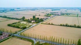 Natur und Landschaft: Vogelperspektive eines Feldes, Bearbeitung, grünes Gras, Landschaft, bewirtschaftend, Stockbilder