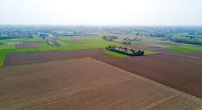 Natur und Landschaft: Vogelperspektive eines Feldes, Bearbeitung, Landschaft, bewirtschaftend, grünes Gras, Lizenzfreies Stockfoto