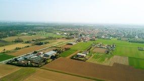 Natur und Landschaft: Vogelperspektive eines Feldes, Bearbeitung, Landschaft, bewirtschaftend, grünes Gras, Lizenzfreie Stockfotos