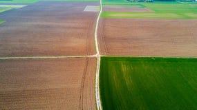 Natur und Landschaft: Vogelperspektive eines Feldes, Bearbeitung, Landschaft, bewirtschaftend, grünes Gras, Lizenzfreie Stockbilder