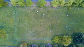 Natur und Landschaft: Vogelperspektive eines Feldes, gepflogenes Feld, Bearbeitung, grünes Gras, Heuschober, Heuballen Lizenzfreie Stockfotos