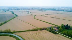 Natur und Landschaft: Vogelperspektive eines Feldes und der Bäume, Bearbeitung, grünes Gras, Landschaft, bewirtschaftend, Stockbild