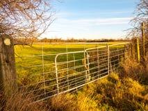 Natura bloccata chiusa di agricoltura del giacimento del portone dell'azienda agricola del metallo del terreno coltivabile Fotografia Stock Libera da Diritti