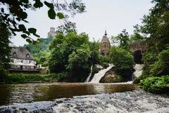 Natura, cascata e vista della città medievale fotografia stock libera da diritti