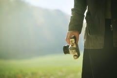 Natura d'esplorazione del fotografo femminile dei pantaloni a vita bassa in autunno Fotografie Stock