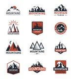 Natura del distintivo di logo di viaggio della siluetta di vettore della montagna all'aperto illustrazione di stock