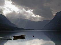 Natura del lago Bohinj con la piccola barca Fotografie Stock Libere da Diritti
