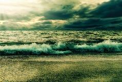 Natura del paesaggio della tempesta del mare con il raggio di sole ed il cielo Fotografia Stock Libera da Diritti