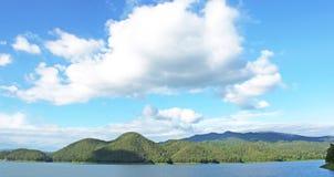 Natura della montagna del cielo della diga. fotografia stock