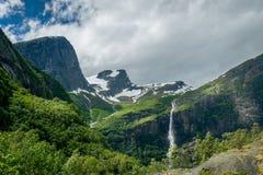 Natura della Norvegia con i pendii di montagna e le cascate verdi in Briksdal Immagine Stock Libera da Diritti