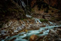 Natura della Turchia Sosta nazionale di Aladaglar Cascate di Kapuzbashi Il fiume al piede della scogliera Fotografie Stock Libere da Diritti