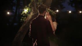 Natura di ballo della sposa di abbracci dello sposo stock footage