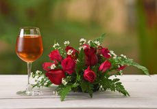Natura di Brandy Wine Glass Rose Background Fotografie Stock Libere da Diritti