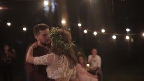 Natura di dancing dello sposo della sposa stock footage