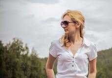 Natura di estate del fondo di vetro della giovane donna del ritratto Immagine Stock