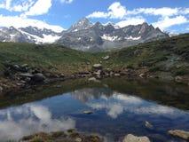Natura di riflessione dello stagno a Zermatt, Svizzera Fotografia Stock Libera da Diritti