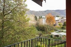 Natura di trascuratezza del terrazzo dell'appartamento con le pareti esterne rosse immagine stock libera da diritti