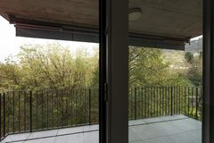 Natura di trascuratezza del terrazzo dell'appartamento con le pareti esterne rosse fotografia stock libera da diritti