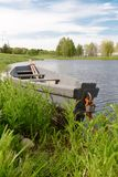 Natura e barca sull'acqua piacevole fotografia stock