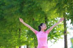 Natura e sole cinesi asiatici felici di abbraccio della donna Immagine Stock