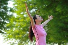 Natura e sole cinesi asiatici felici di abbraccio della donna Fotografie Stock