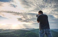 Natura fotograf tworzy sztukę na widoku punkcie w górach obraz stock