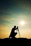 Natura fotograf z tripod na falezie i główkowaniu Marzycielski fogy krajobraz, mglisty wschód słońca w dolinie below Zdjęcie Royalty Free