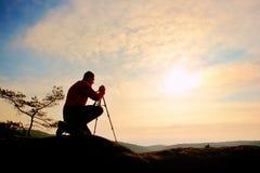 Natura fotograf z tripod na falezie i główkowaniu Marzycielska fogy dolina below Fotografia Royalty Free