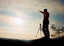 Natura fotograf z tripod na falezie i główkowaniu Marzycielska fogy dolina below Zdjęcie Royalty Free