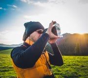 Natura fotografa turysta w górach Zdjęcie Stock