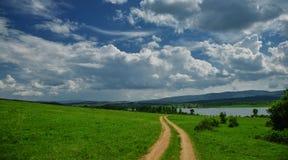 Natura incredibilmente bella Sun, lago Paesaggio, panorama di bella natura verde cielo Nuvole variopinte stupefacenti Fotografia Stock
